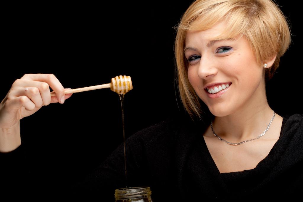 蜂蜜と笑顔の女性