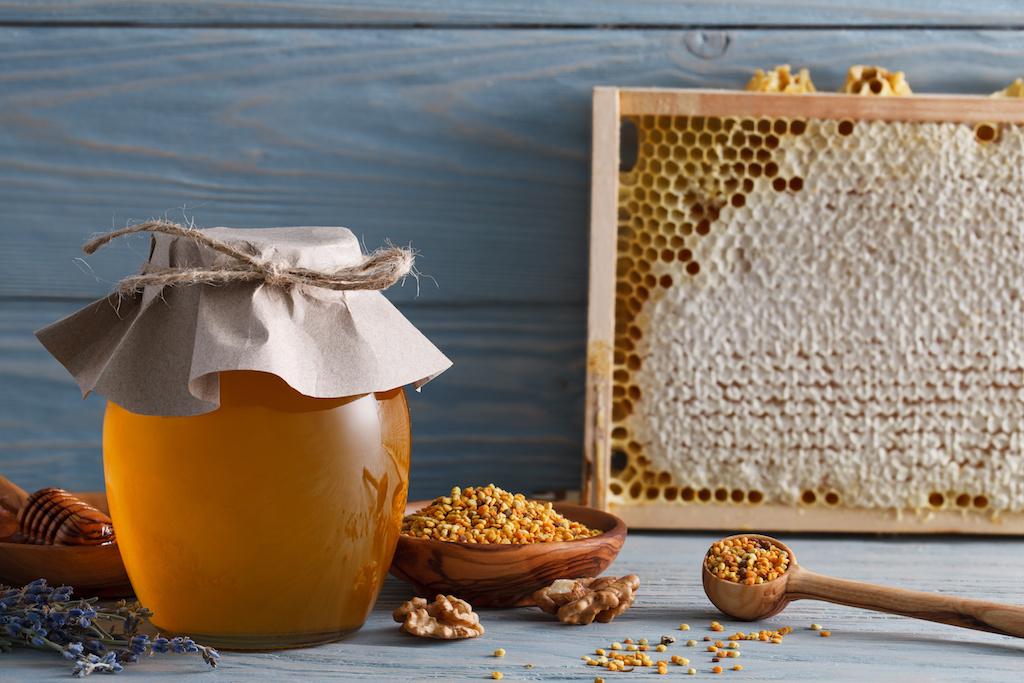 瓶に入った蜂蜜と巣箱